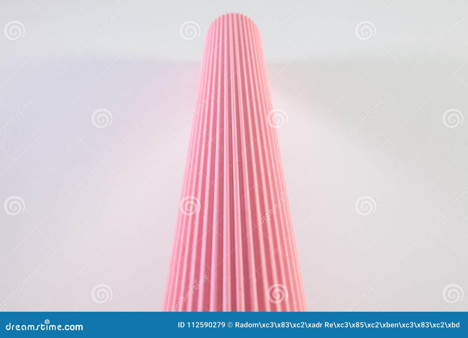 Petit pain de papier rose ondulé sur le bureau blanc image stock