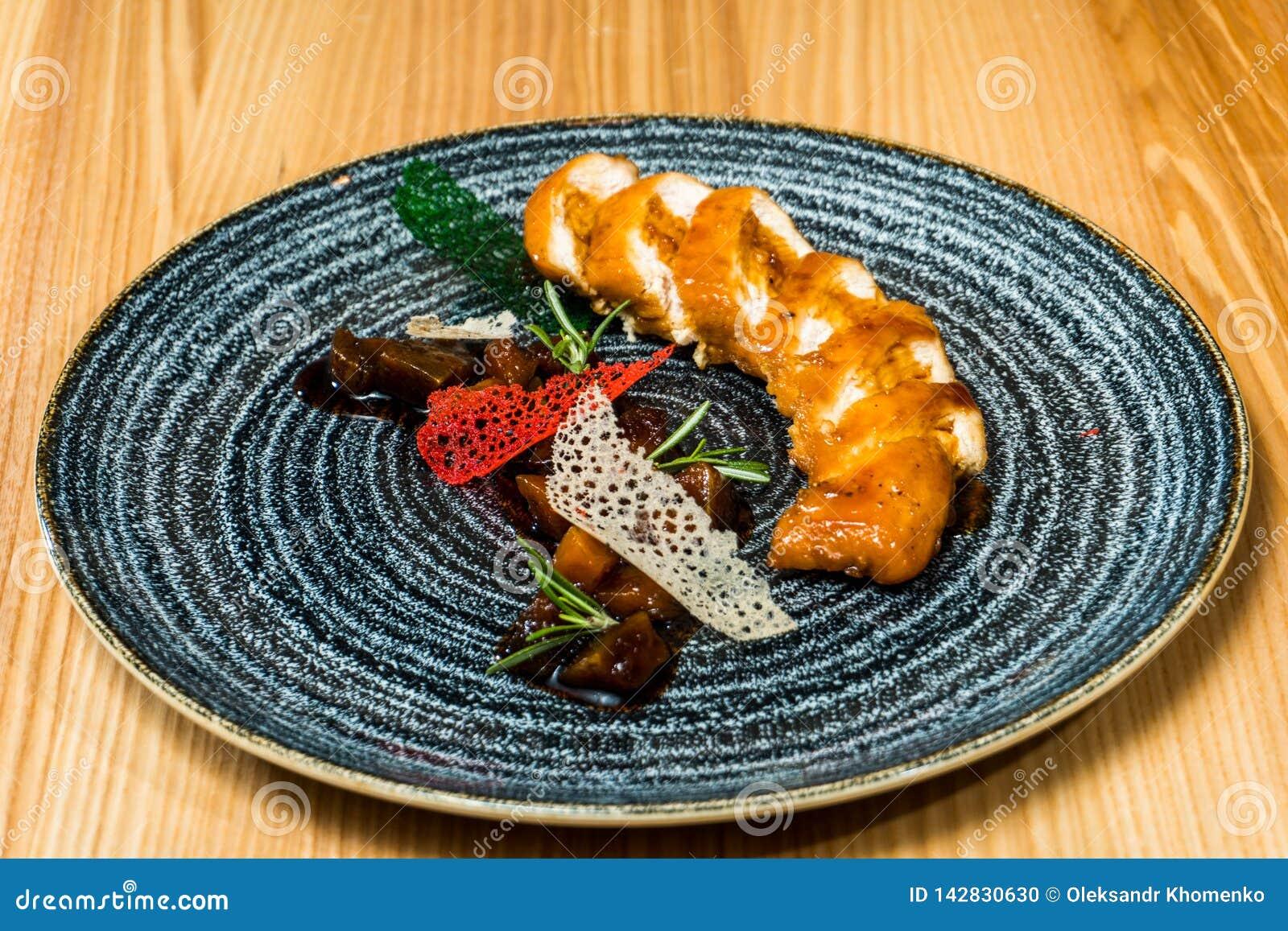Petit pain de poulet dans un plat noir