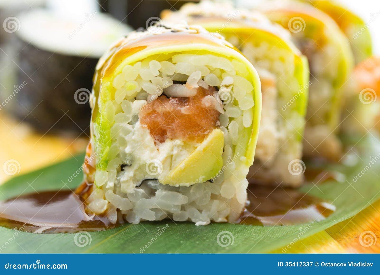 petit pain de sushi avec l 39 avocat image stock image du culture assiette 35412337. Black Bedroom Furniture Sets. Home Design Ideas