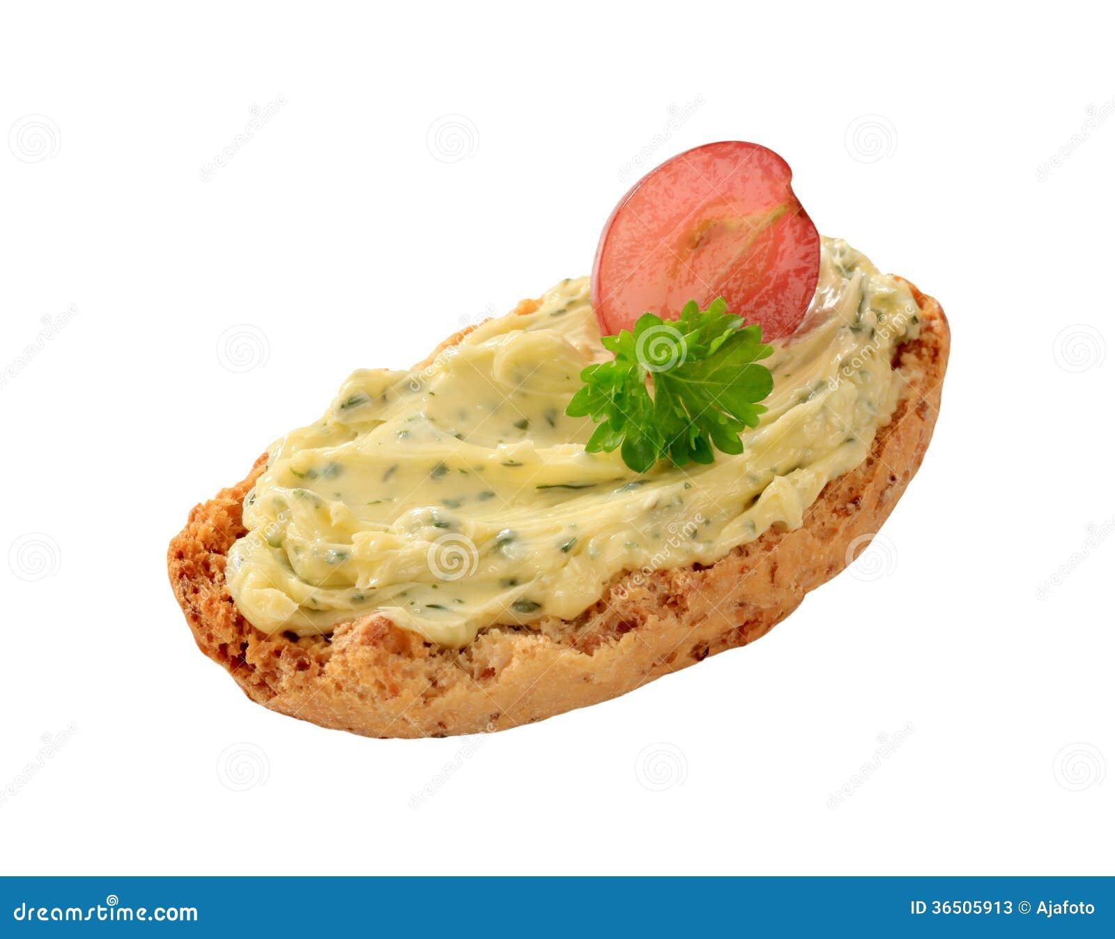 Petit pain et beurre persillé croustillants