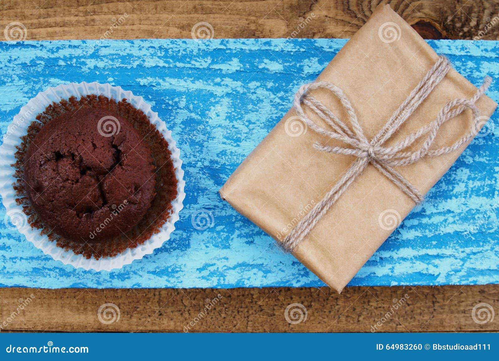 Petit pain et boîte-cadeau de chocolat
