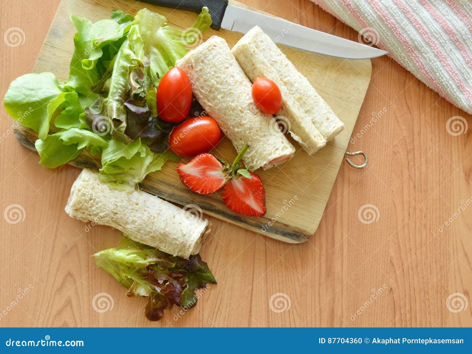 Petit pain et salade de pain sur la plaque de découpage