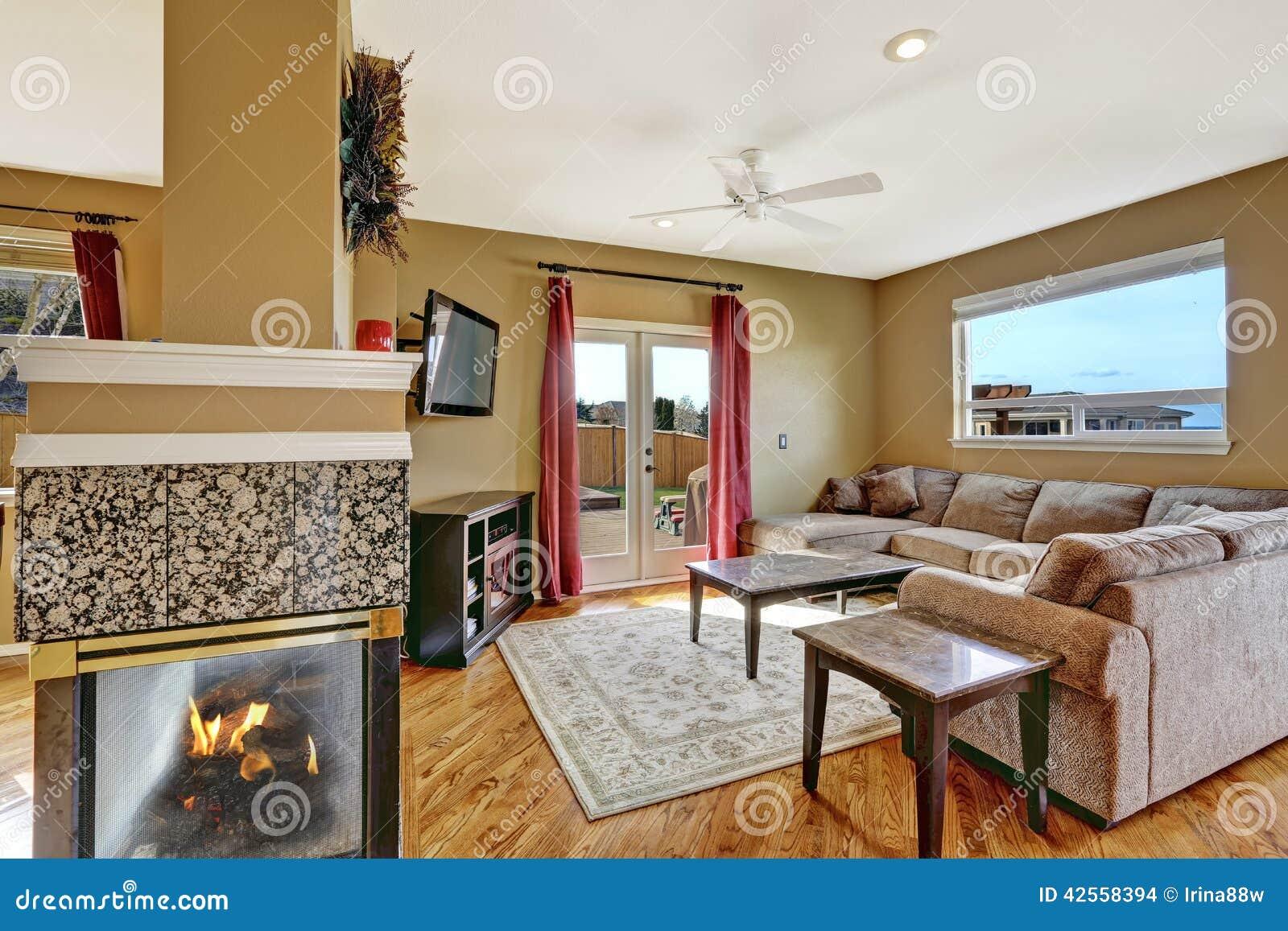 Petit salon avec la plate forme de chemin e et de for Petit salon avec cheminee