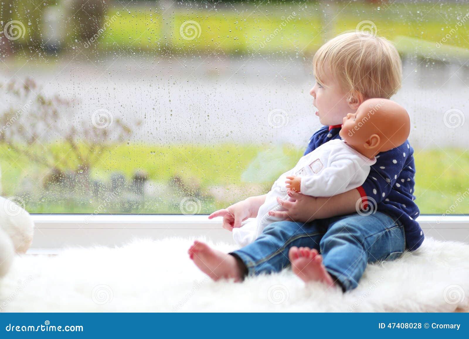 Petit sapin mignon jouant avec la poupée