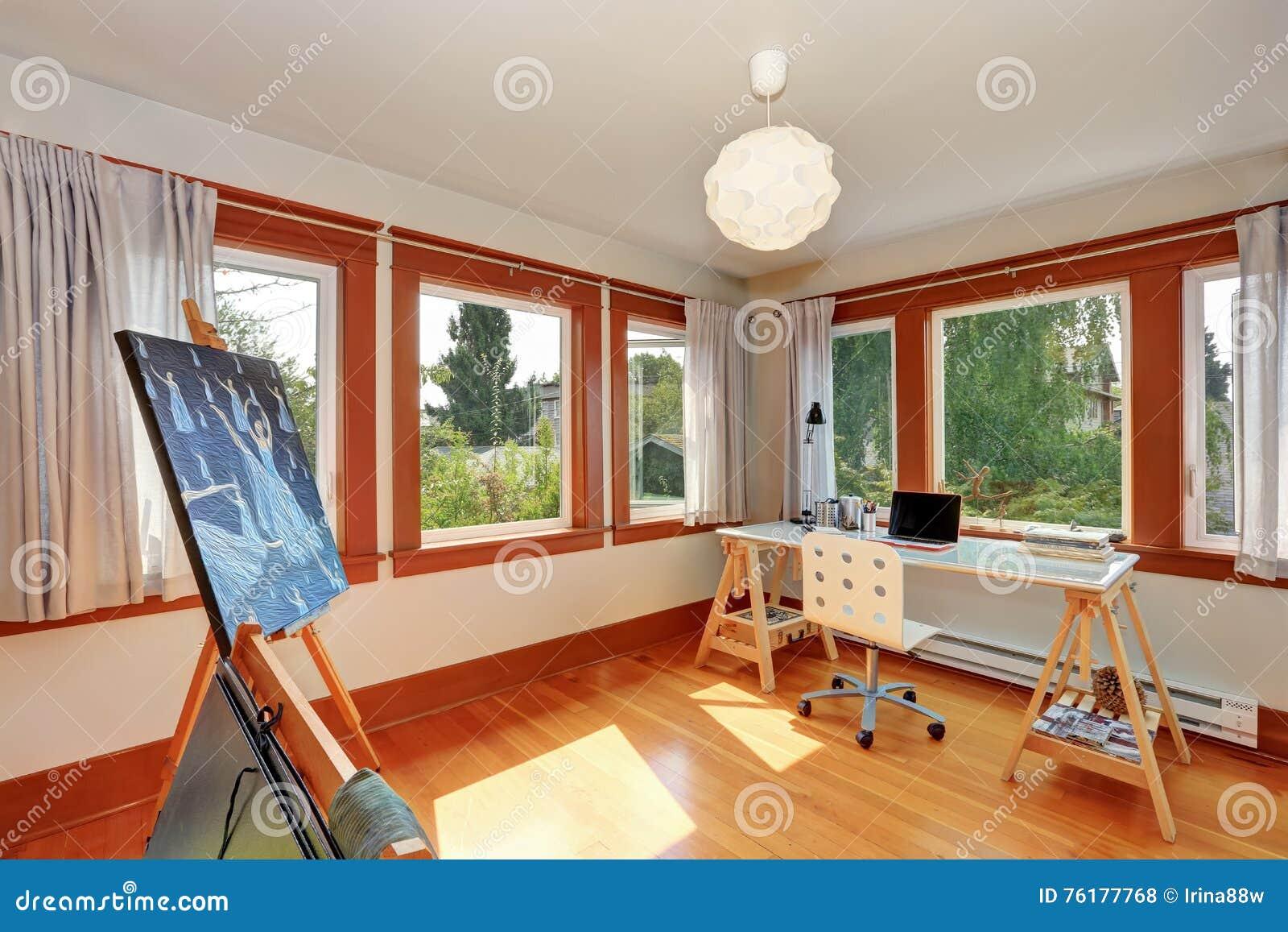 Petit studio à la maison pour l artiste avec le bureau et l