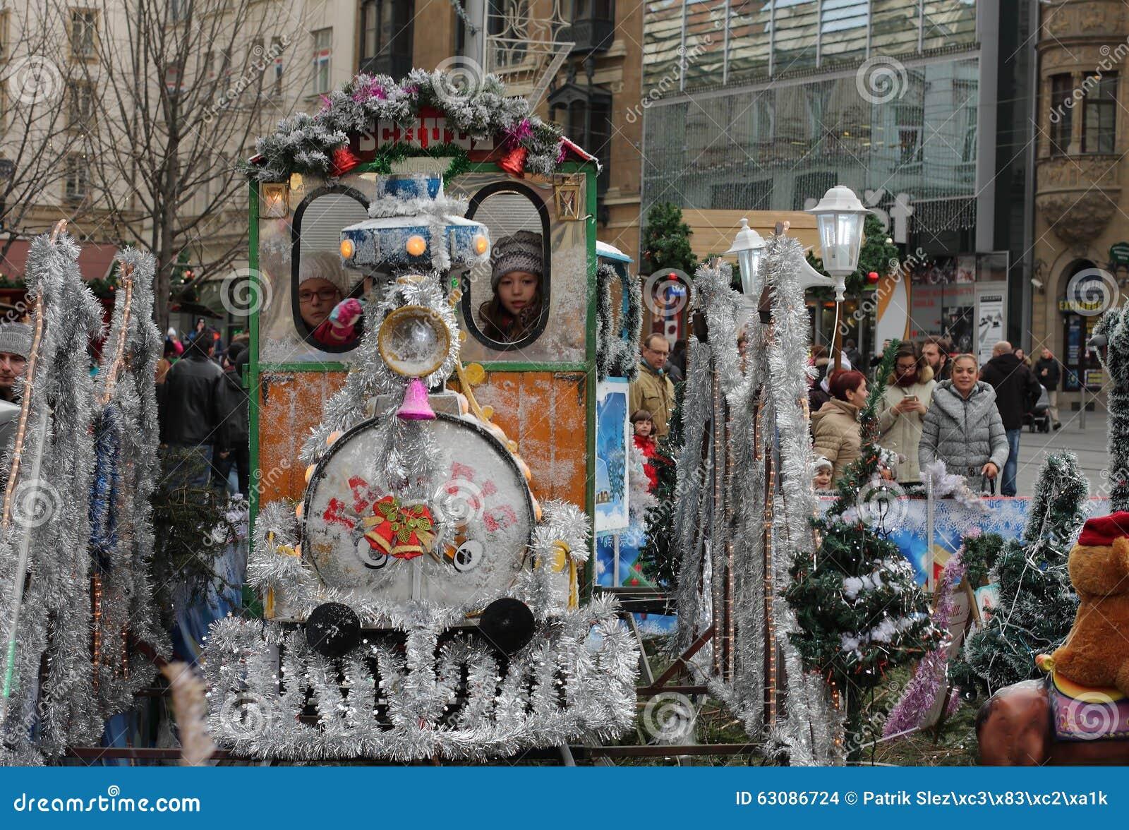 Download Petit Train - Amusement Pour Des Enfants Au Marché De Noël Image stock éditorial - Image du marché, familles: 63086724