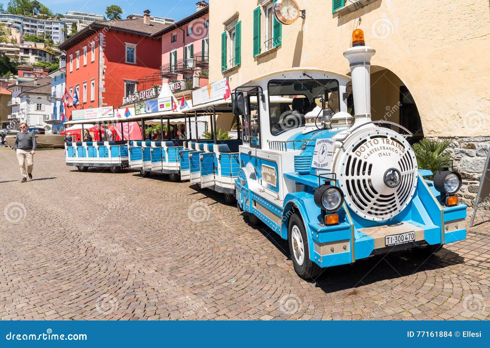 Petit train de touristes au centre historique d Ascona