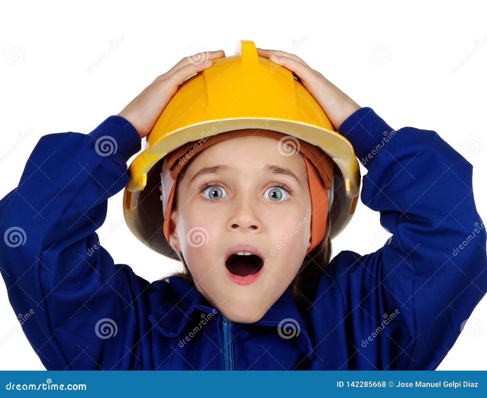 Petit travailleur étonné avec le casque jaune ouvrant sa bouche