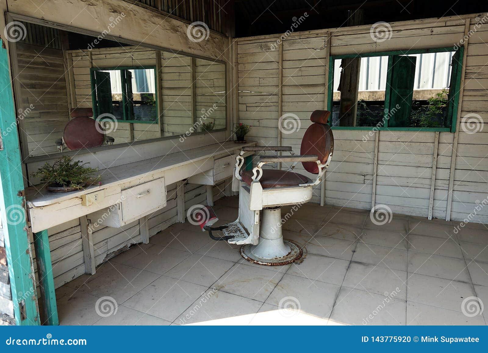 Petit un salon de coiffure en bois vide et abandonné