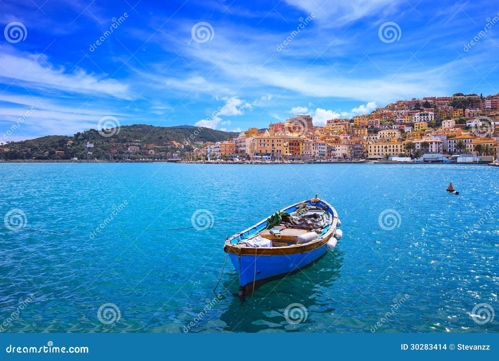 Petit bateau en bois dans le bord de mer de porto santo for Dans italien