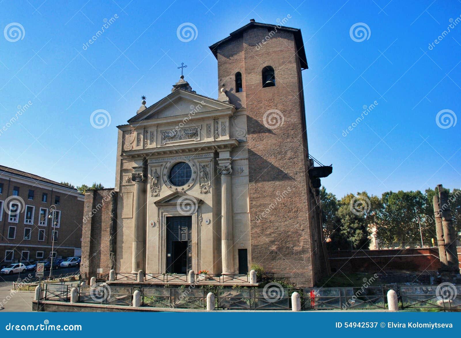 Petite église avec une tour de cloche à Rome