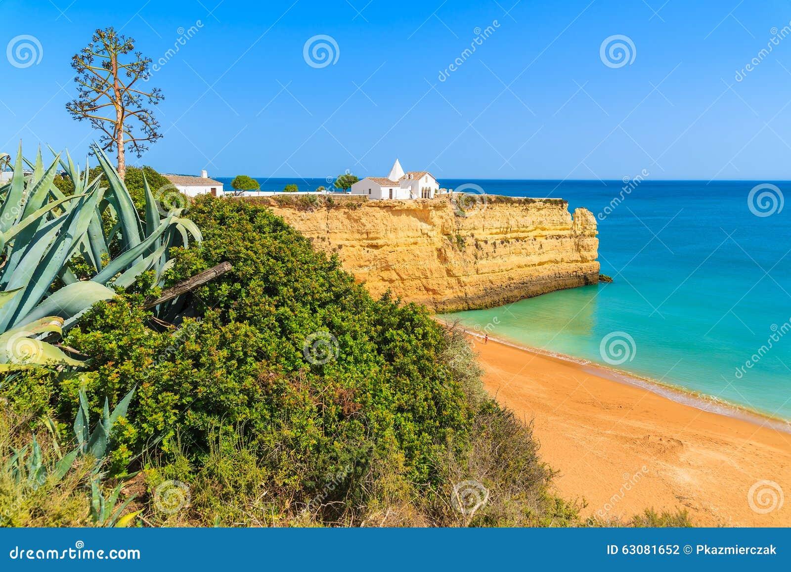 Download Petite église Blanche Sur La Falaise Photo stock - Image du roche, seascape: 63081652