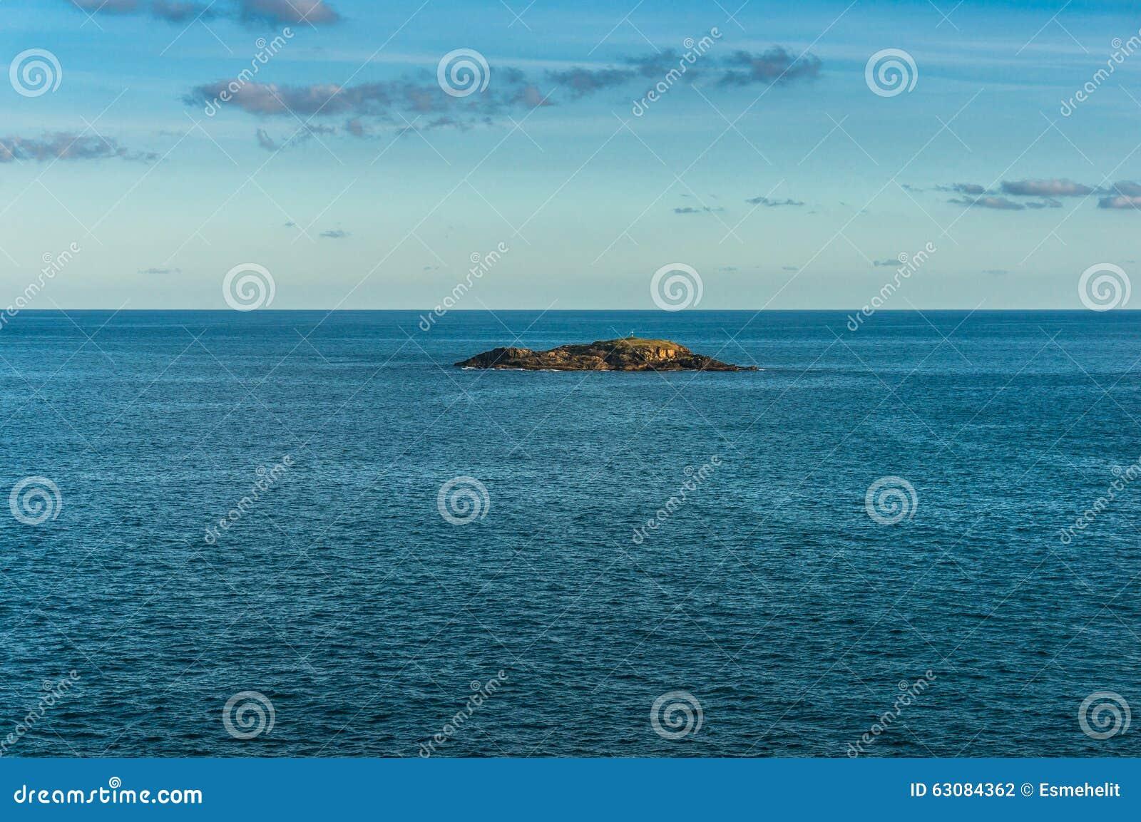 Download Petite île Solitaire Dans L'océan Photo stock - Image du été, ondes: 63084362