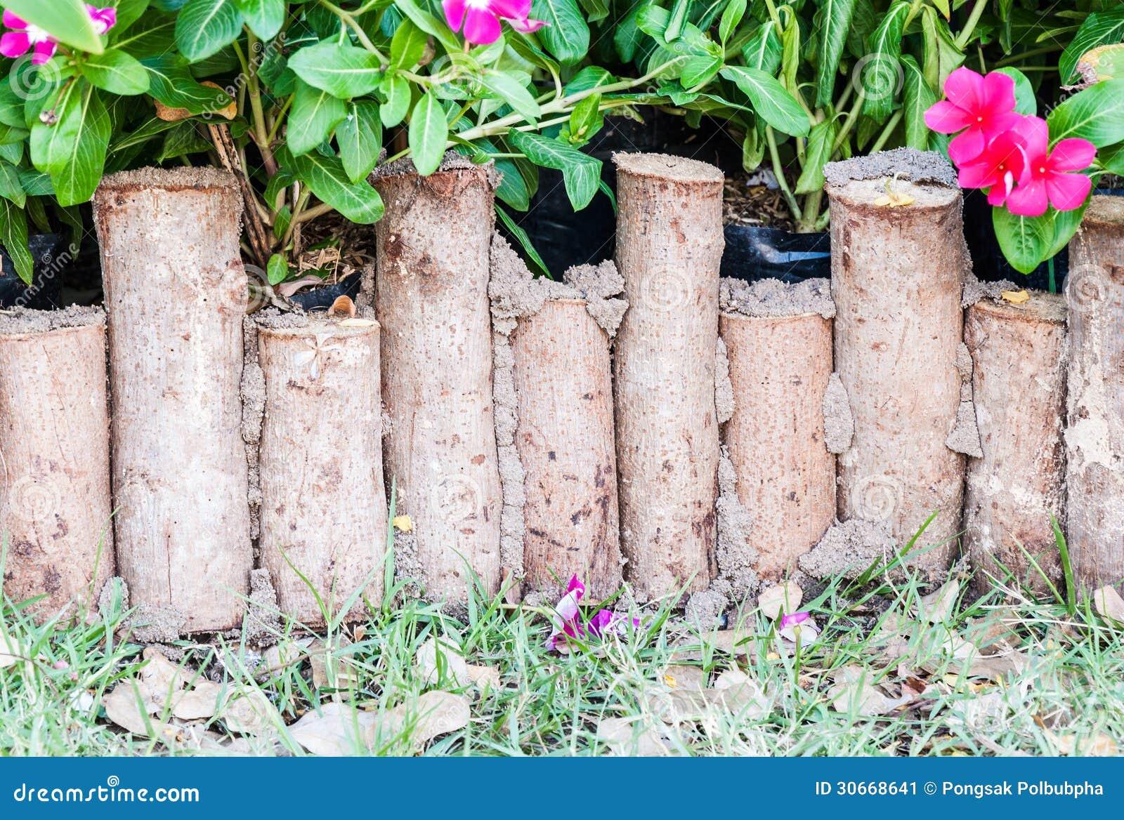 Petite barri re de bois de construction image stock image du stationnement ext rieur 30668641 - Petite barriere de jardin ...