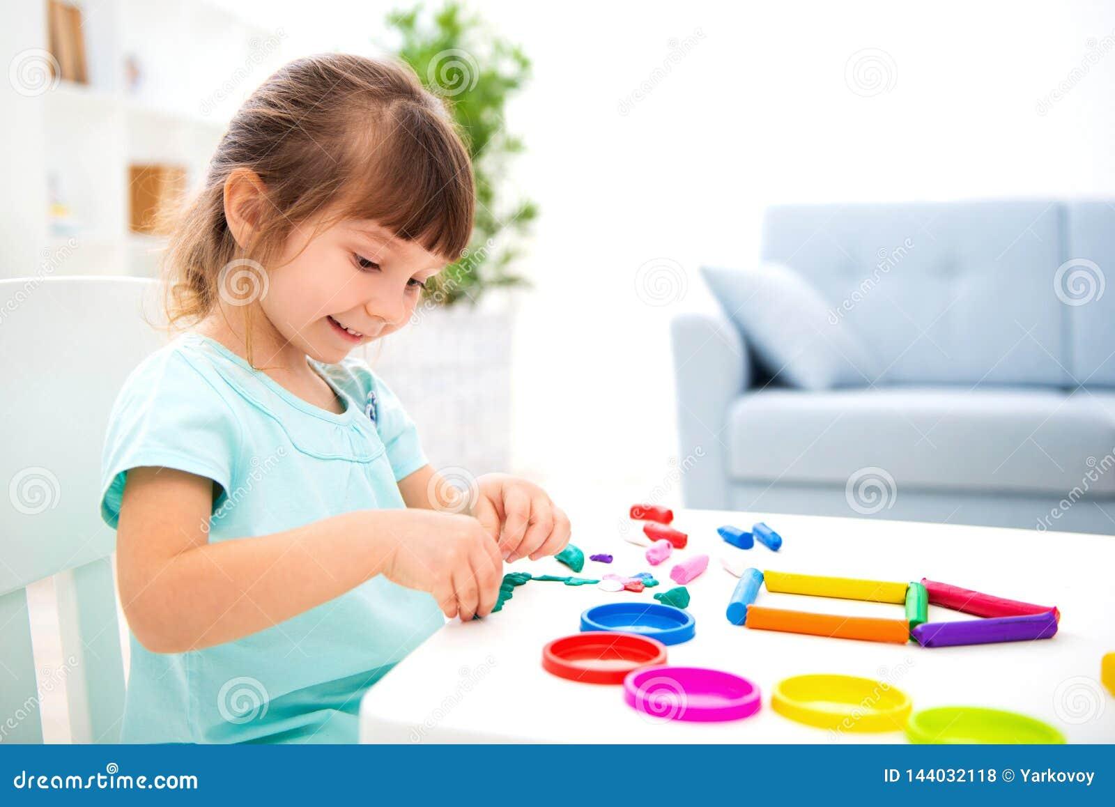 Petite belle fille de sourire sculpter la nouvelle maison de la pâte à modeler Créativité d enfants Enfance heureux Rêves de pend
