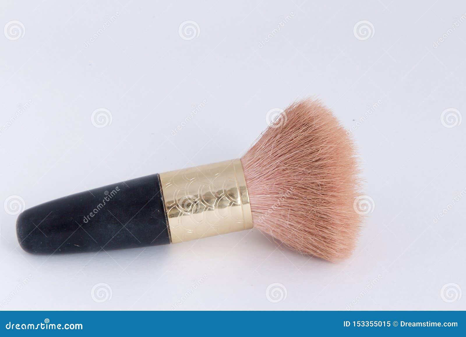 Petite brosse de maquillage - la poignée est noire avec de l or