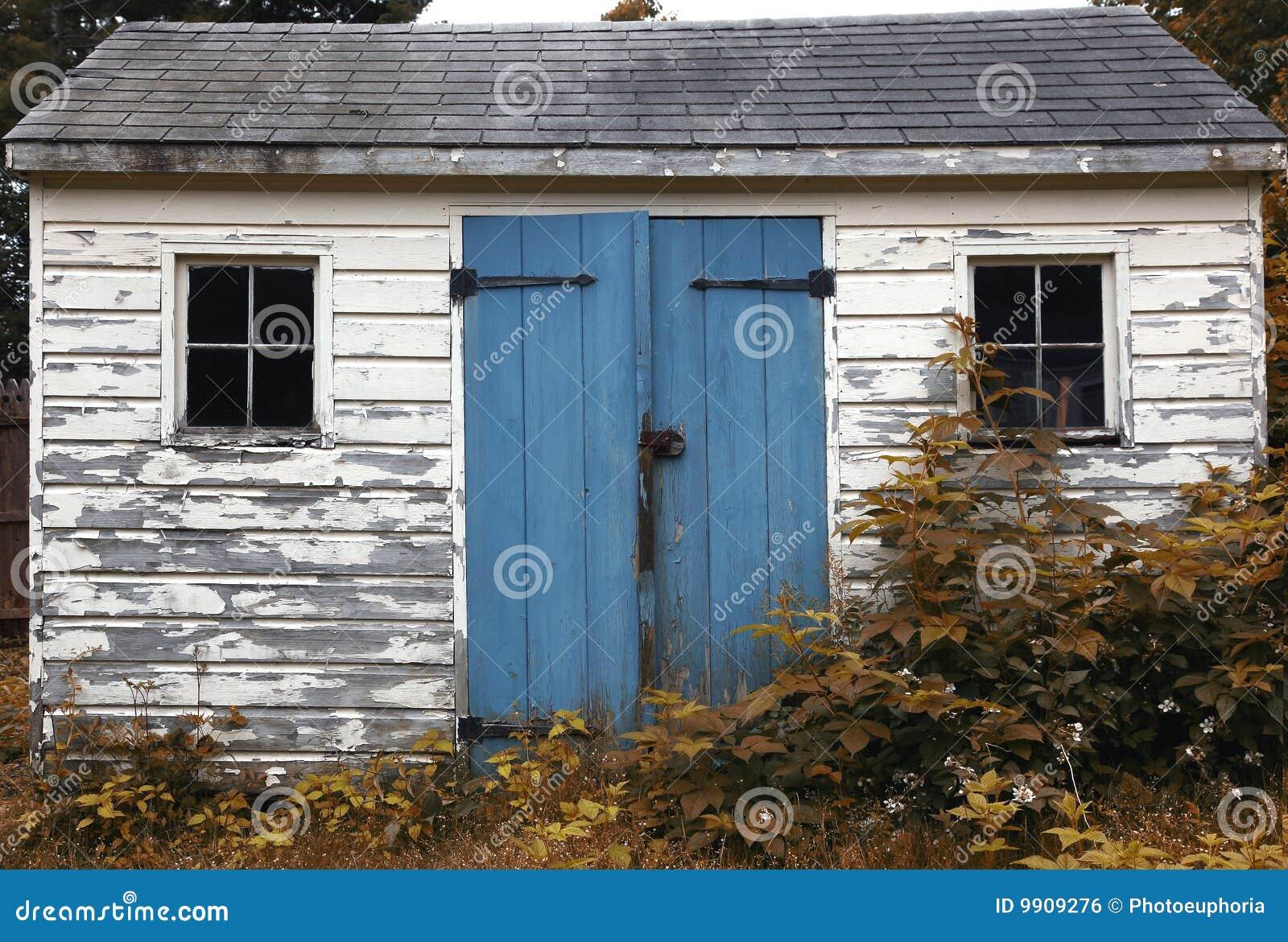 petite cabane en bois photo stock image du pauvret structure 9909276. Black Bedroom Furniture Sets. Home Design Ideas