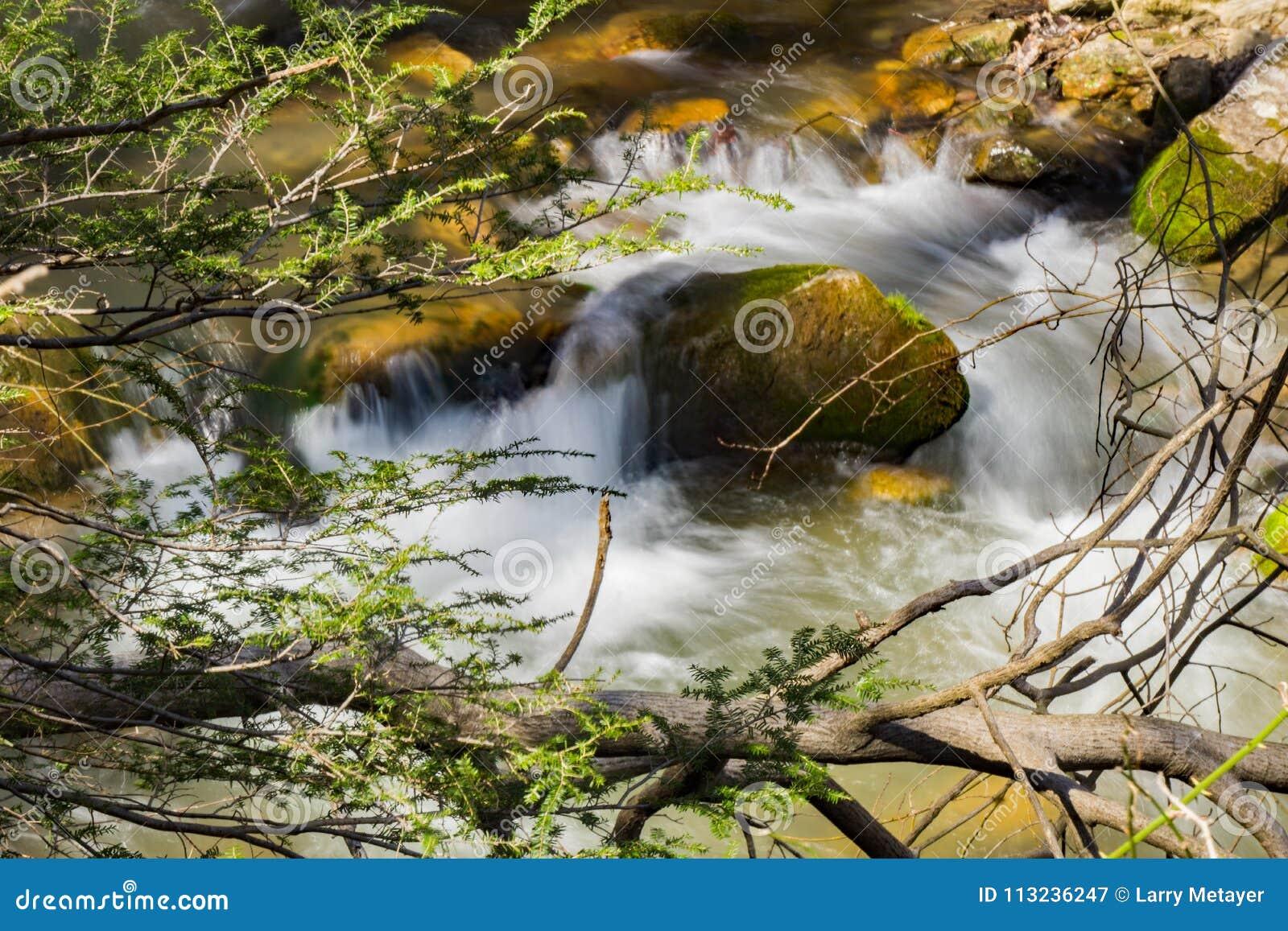 Petite cascade d isolement sur un courant -2 de montagne