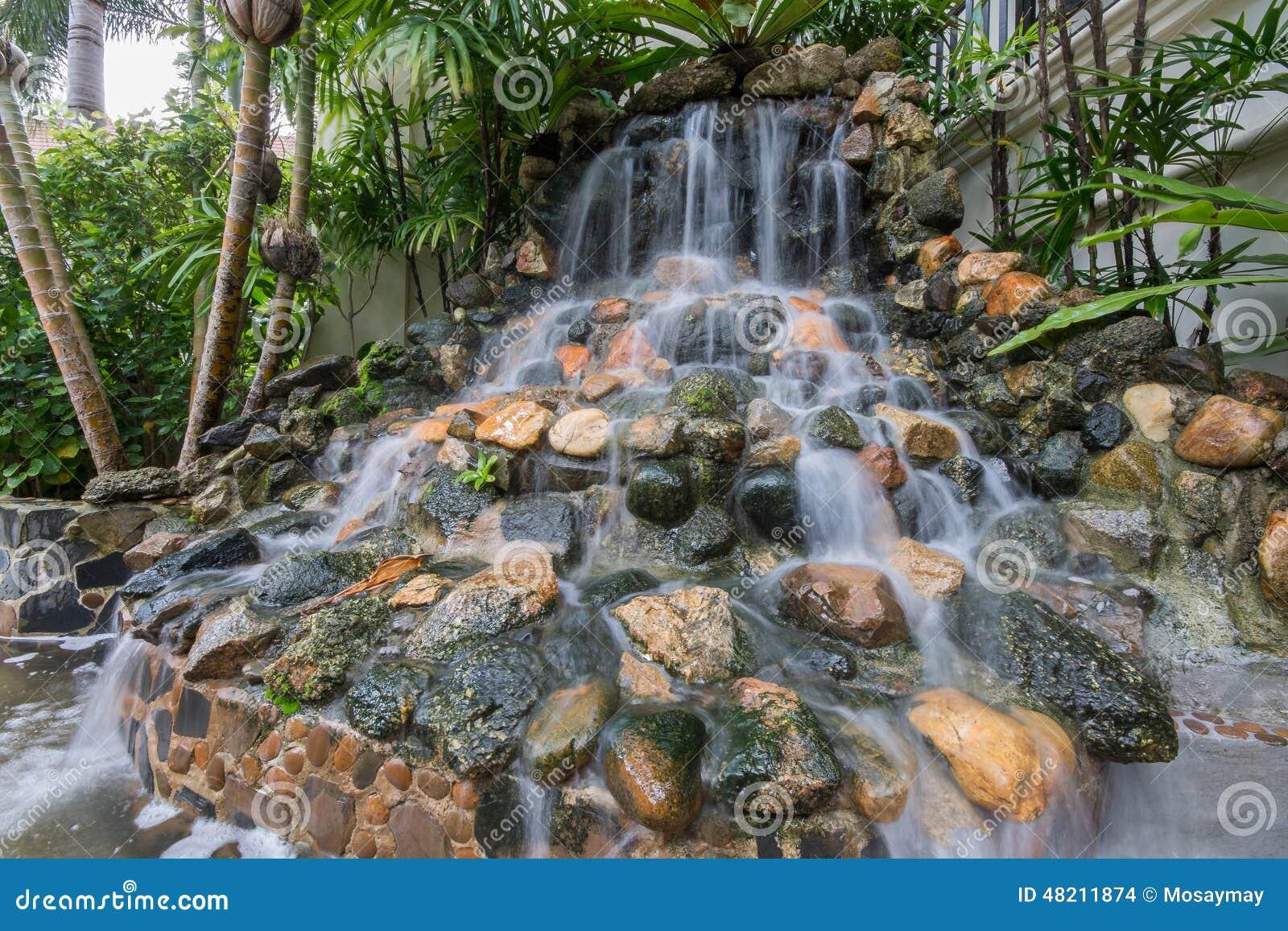 Petite Cascade Dans Le Jardin Photo Stock Image 48211874
