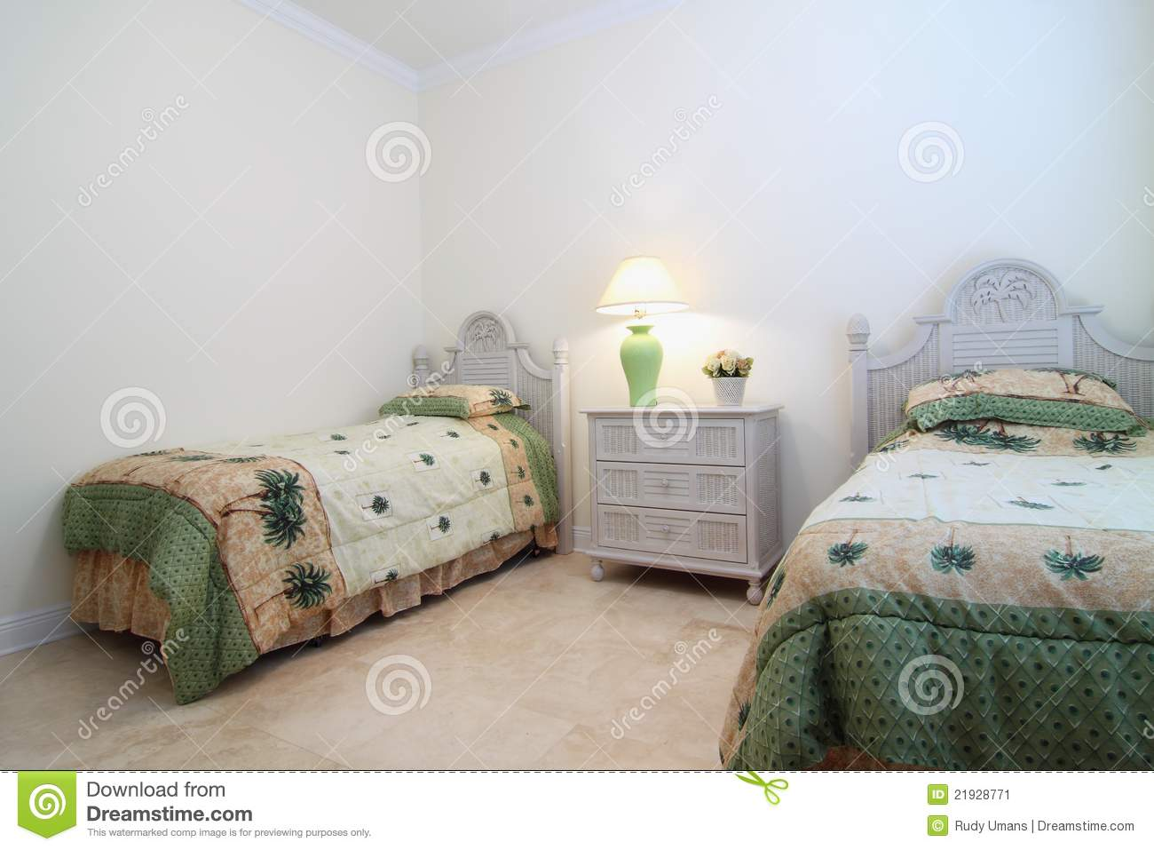 petite chambre coucher image stock image 21928771. Black Bedroom Furniture Sets. Home Design Ideas