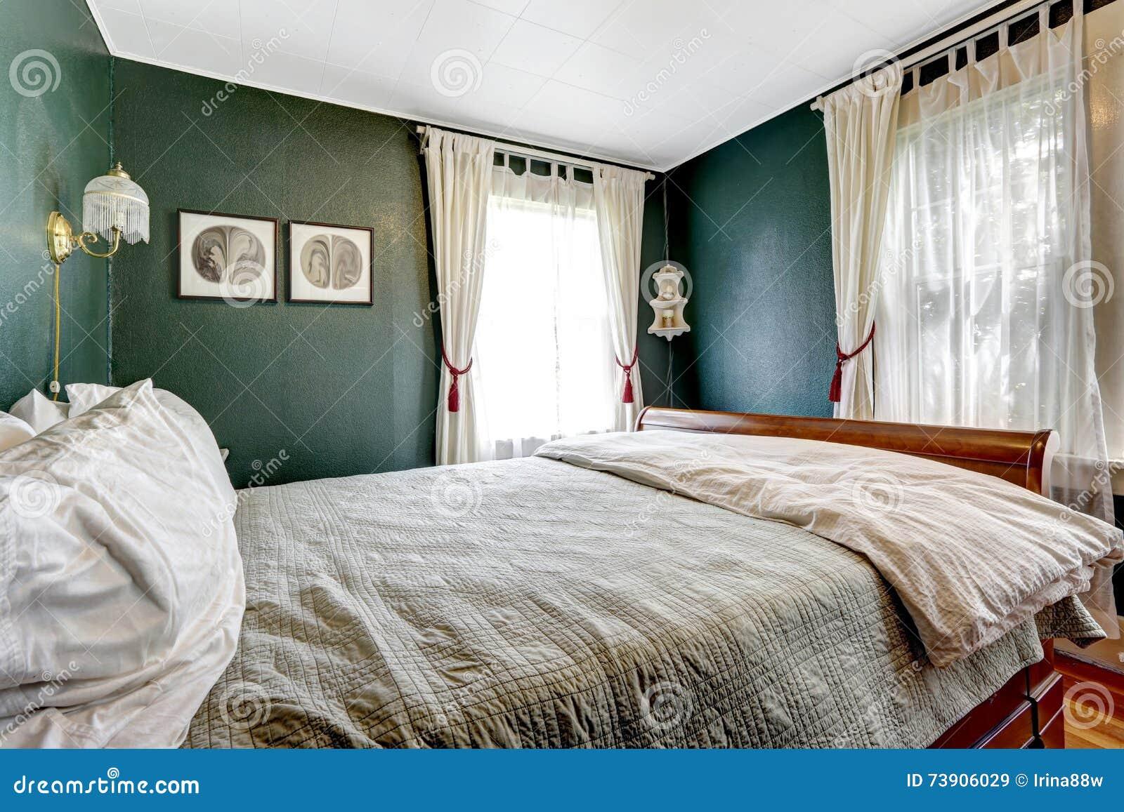 Petite chambre coucher avec le lit en bois murs vert for Chambre a coucher avec prix