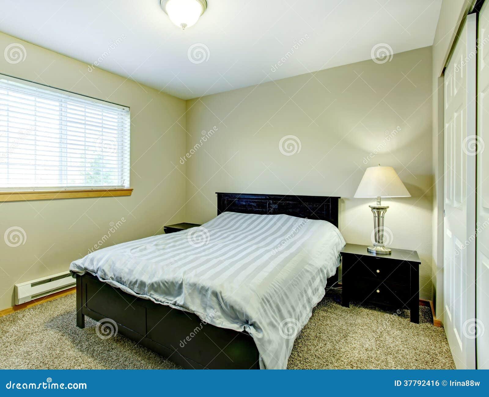 Petite Chambre à Coucher Avec Les Meubles Noirs Photo stock ...