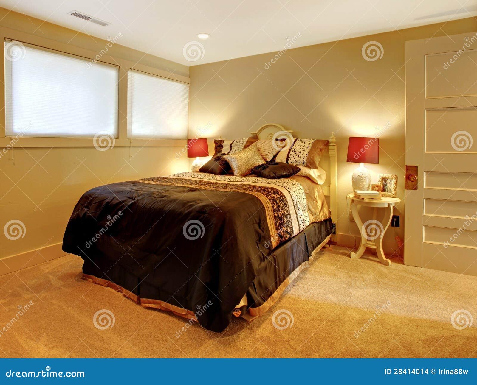 petite chambre coucher de sous sol avec le b ti d 39 invit images stock image 28414014. Black Bedroom Furniture Sets. Home Design Ideas