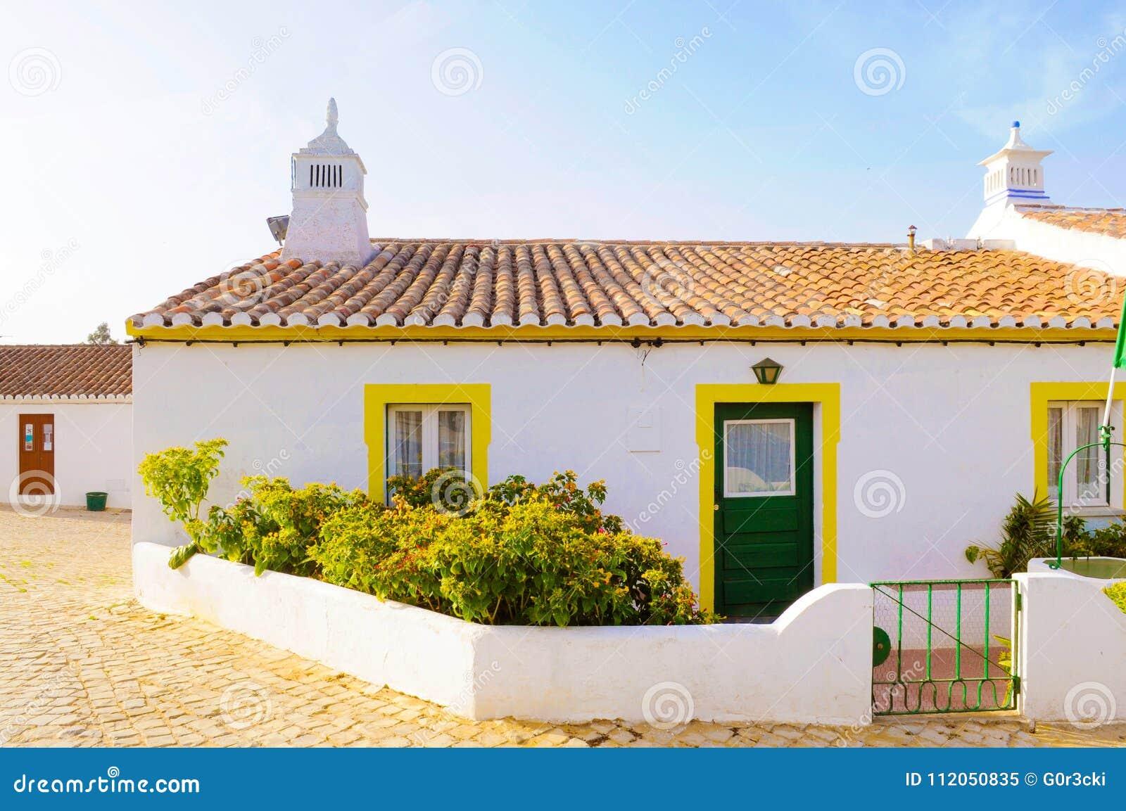 Petite Chambre blanche et jaune typique, voyage Portugal, Algarve