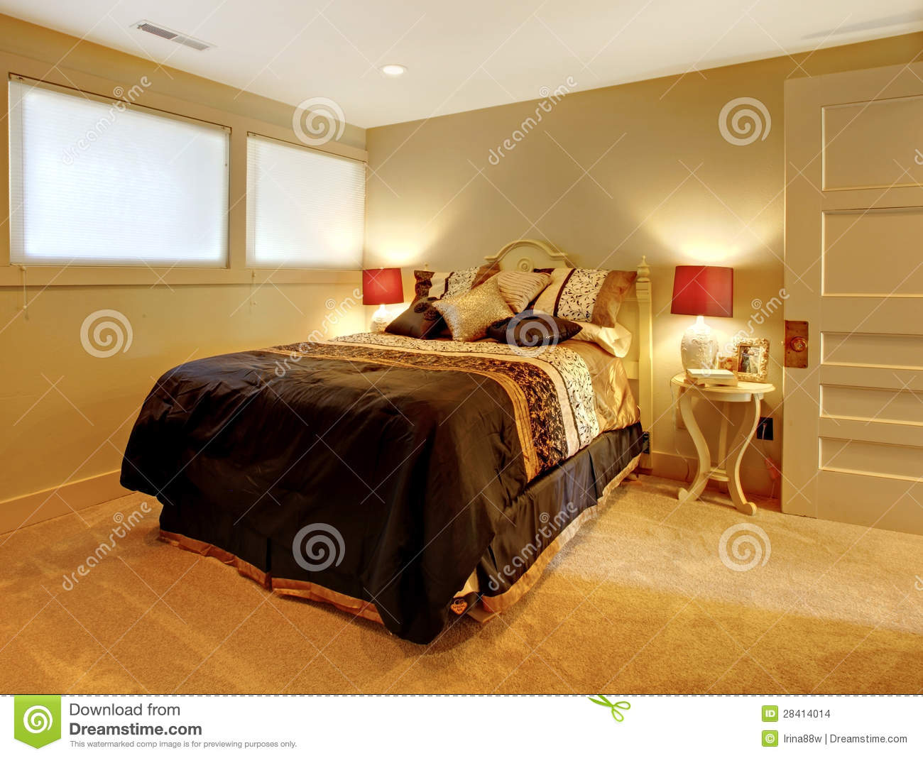 petite chambre coucher de sous sol avec le b ti d 39 invit images stock image 28414014. Black Bedroom Furniture Sets. Home Design Ideas