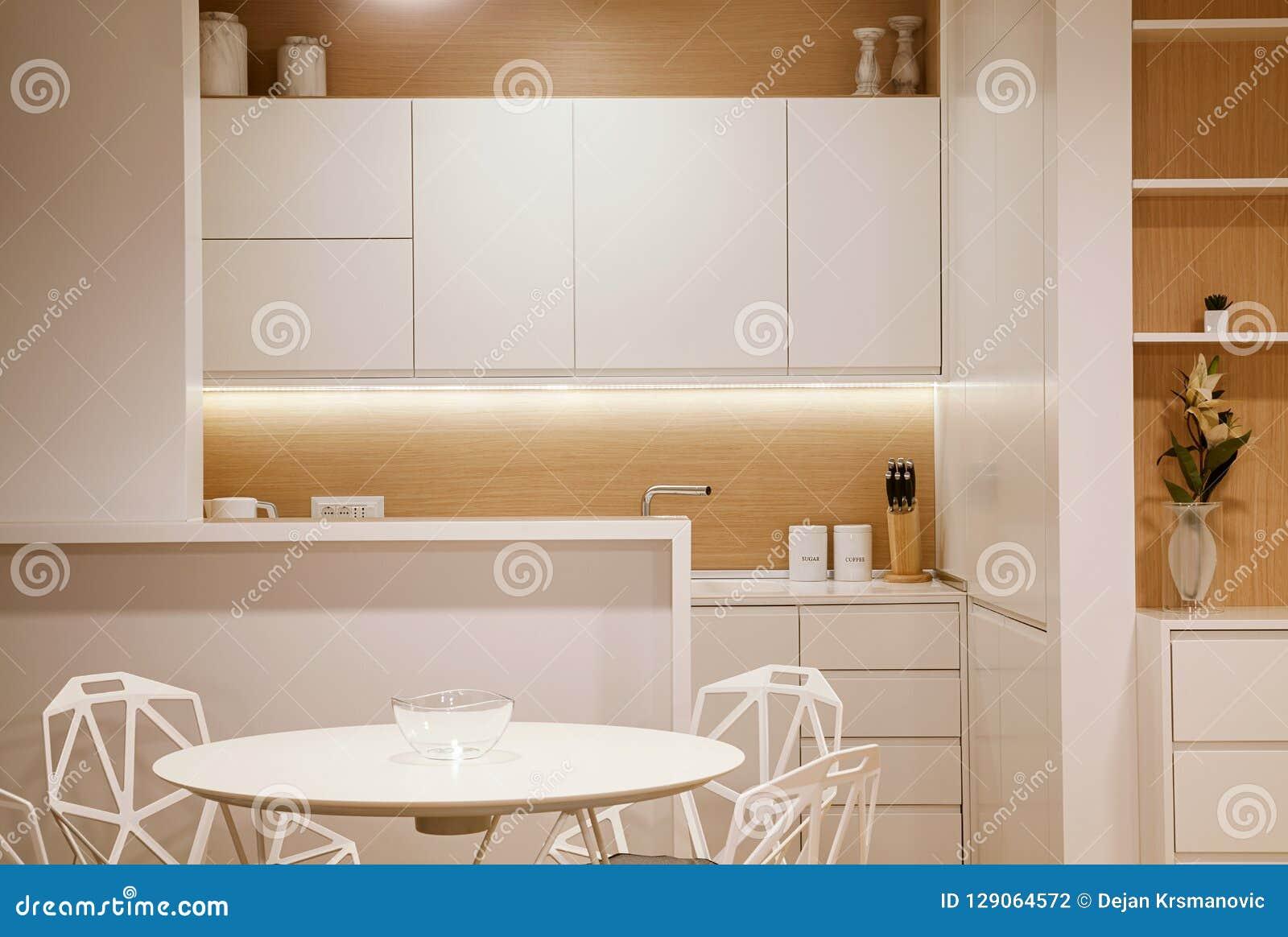 Petite cuisine moderne photo stock. Image du architectural ...