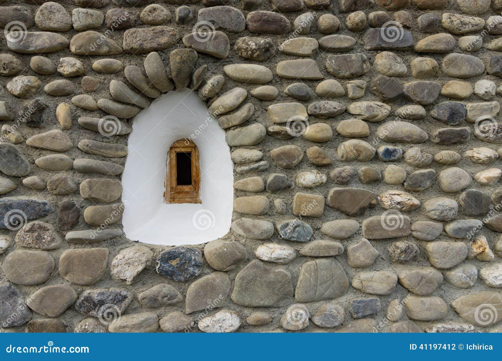 petite fen tre blanche sur le mur en pierre photo stock image 41197412. Black Bedroom Furniture Sets. Home Design Ideas