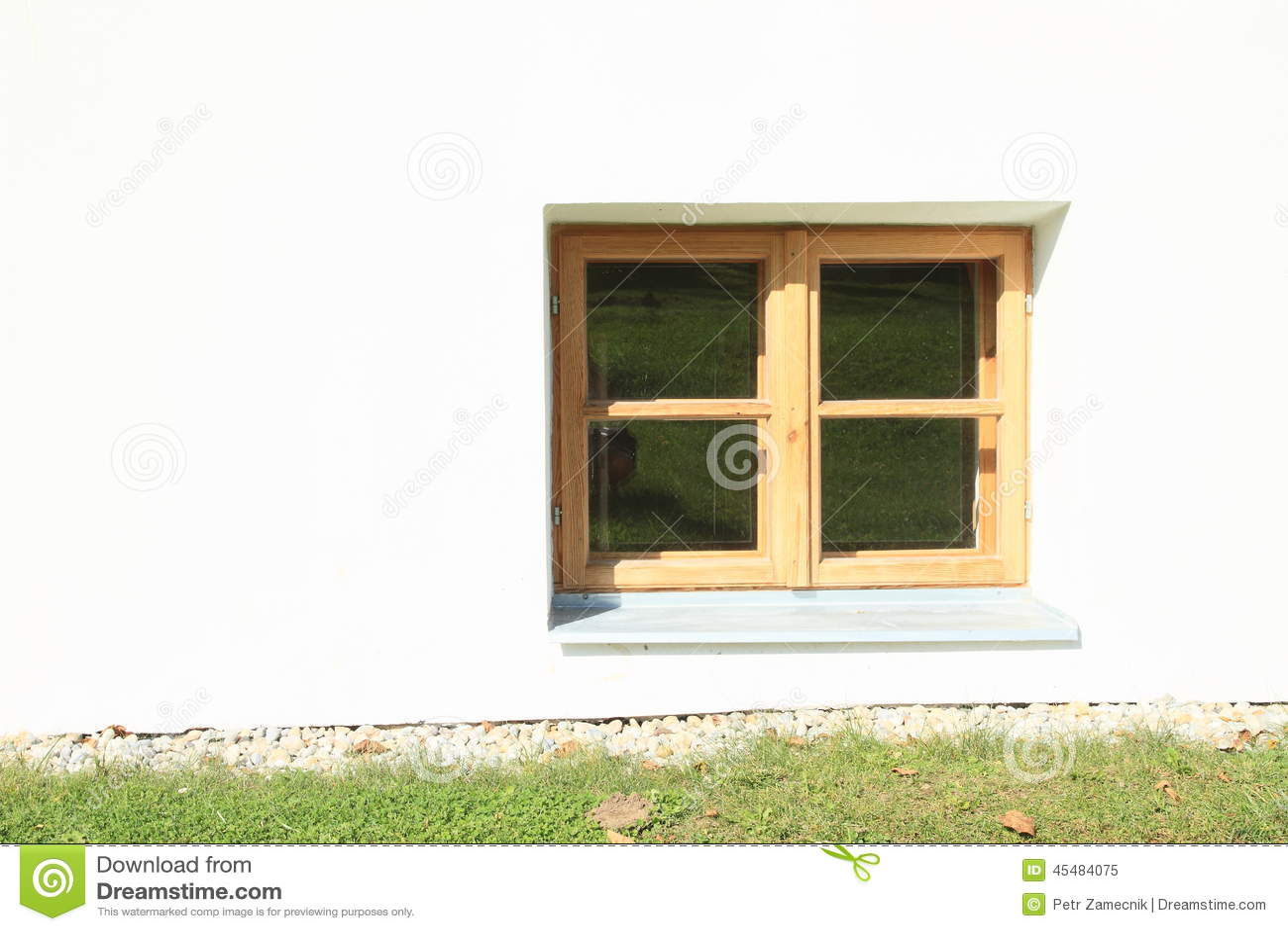 Petite Fenêtre En Bois Image Stock Image Du Herbe Hublot 45484075