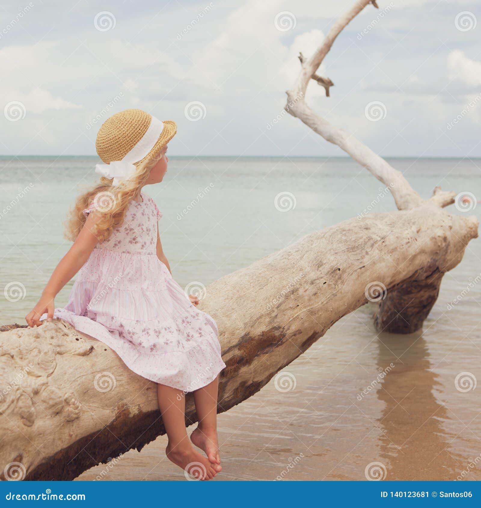 Petite fille à la plage tropicale