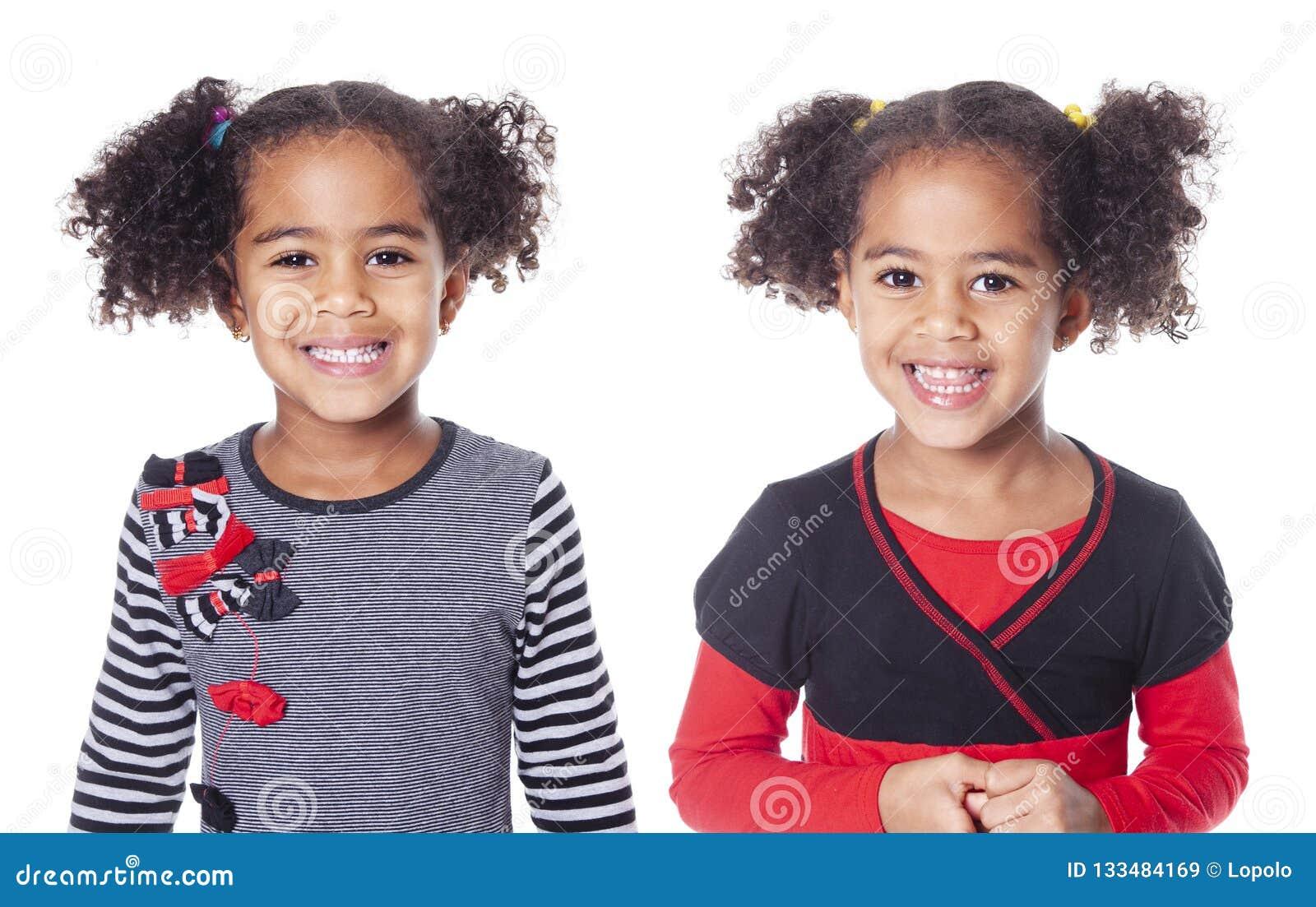 Petite fille africaine adorable jumelle avec la belle coiffure