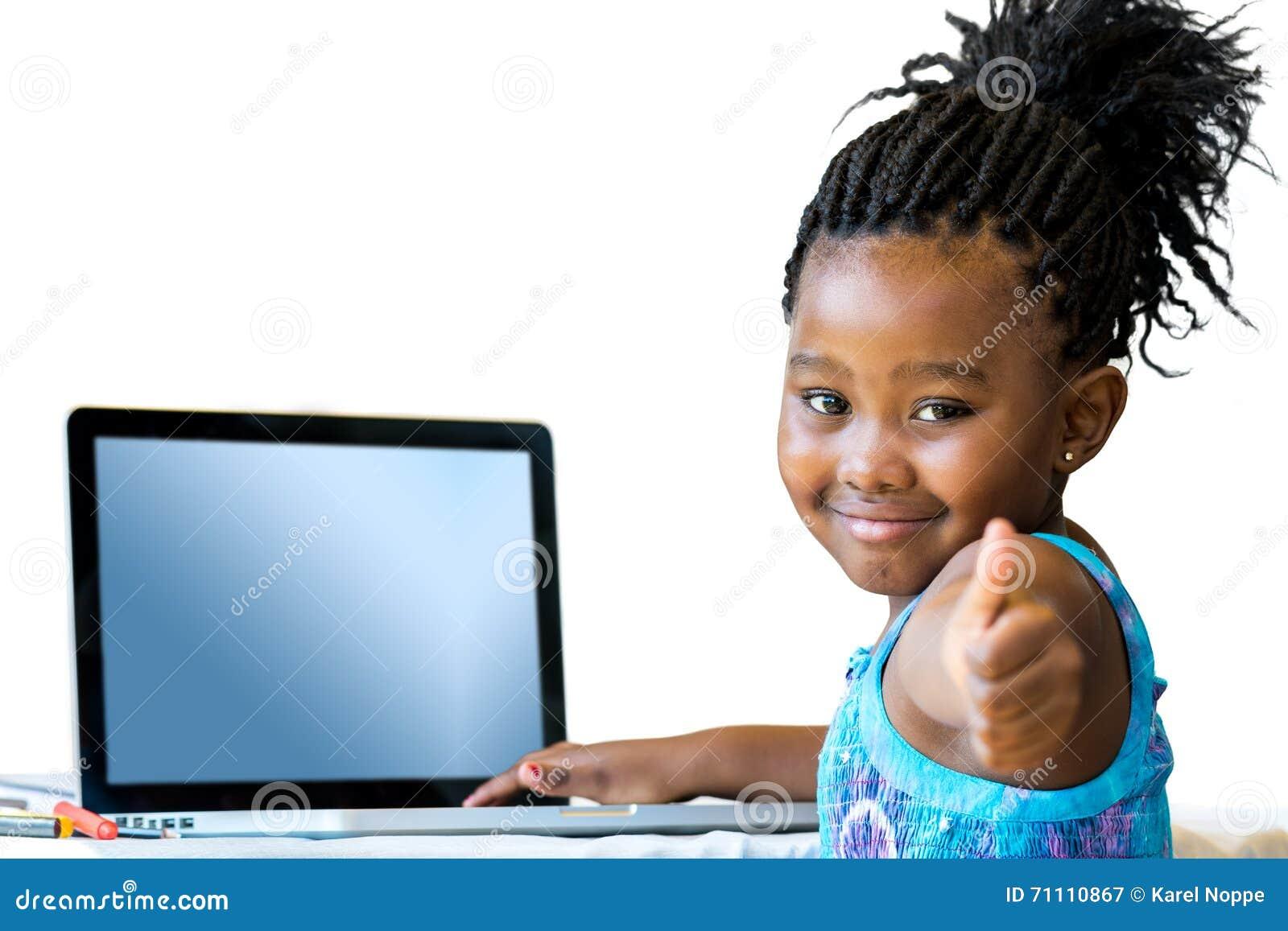 Petite fille africaine faisant des pouces au bureau image stock