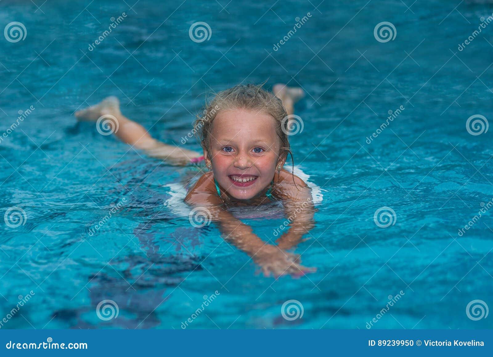 Petite fille apprenant nager dans la grande piscine de for Piscine de molenbeek cours de natation