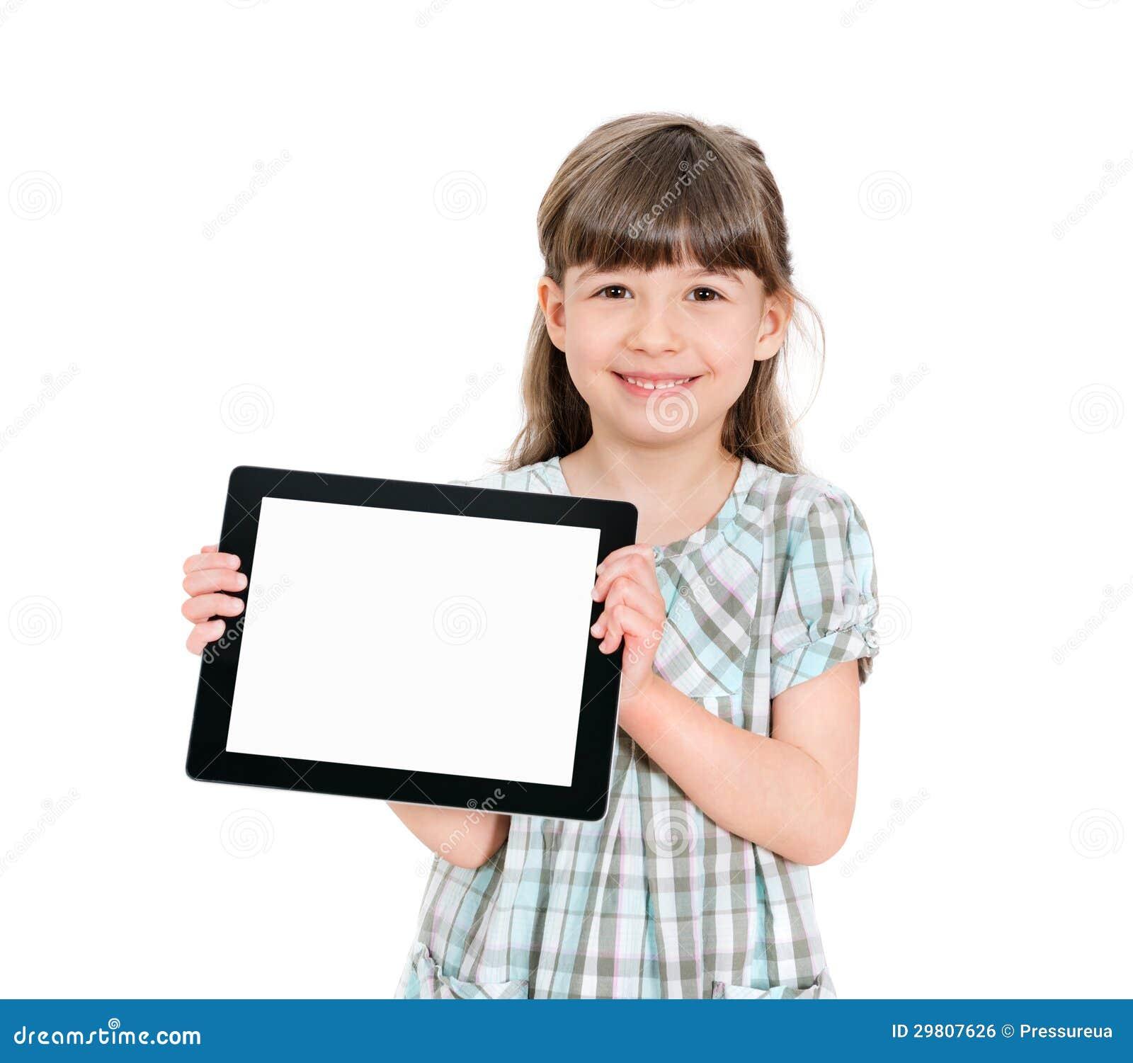 Petite fille heureuse tenant un ipad vide de pomme