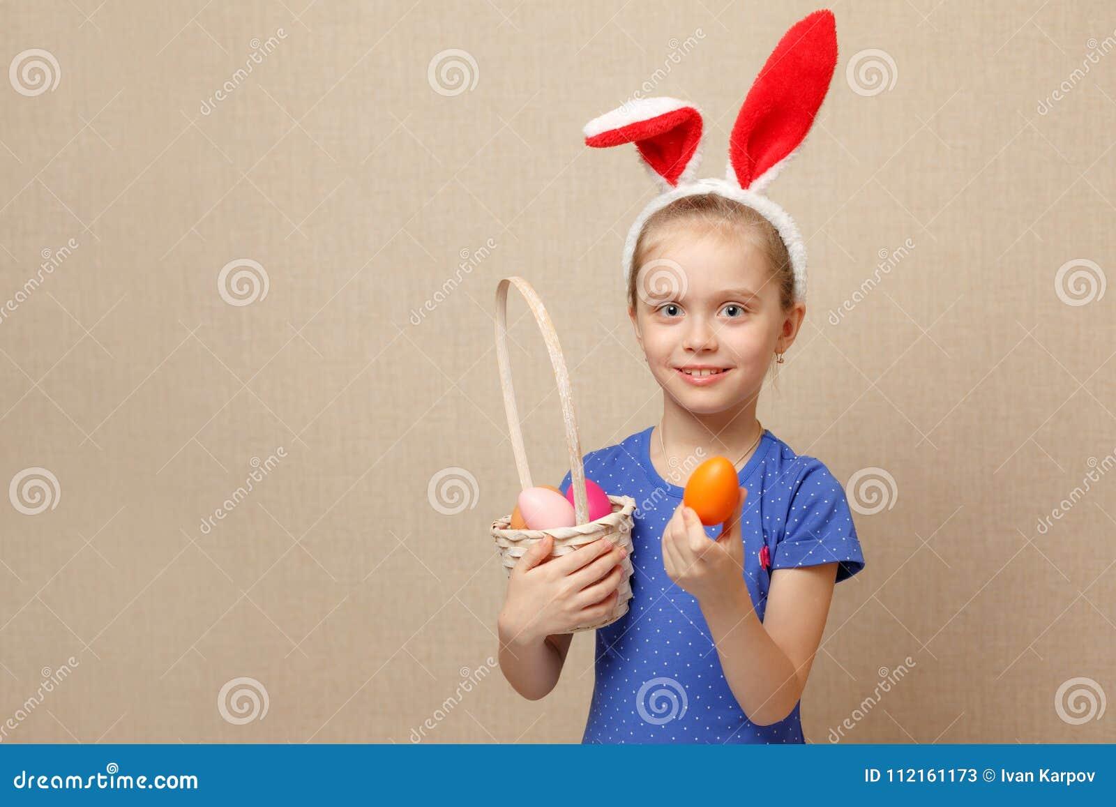 Petite fille avec des oeufs de pâques de panier