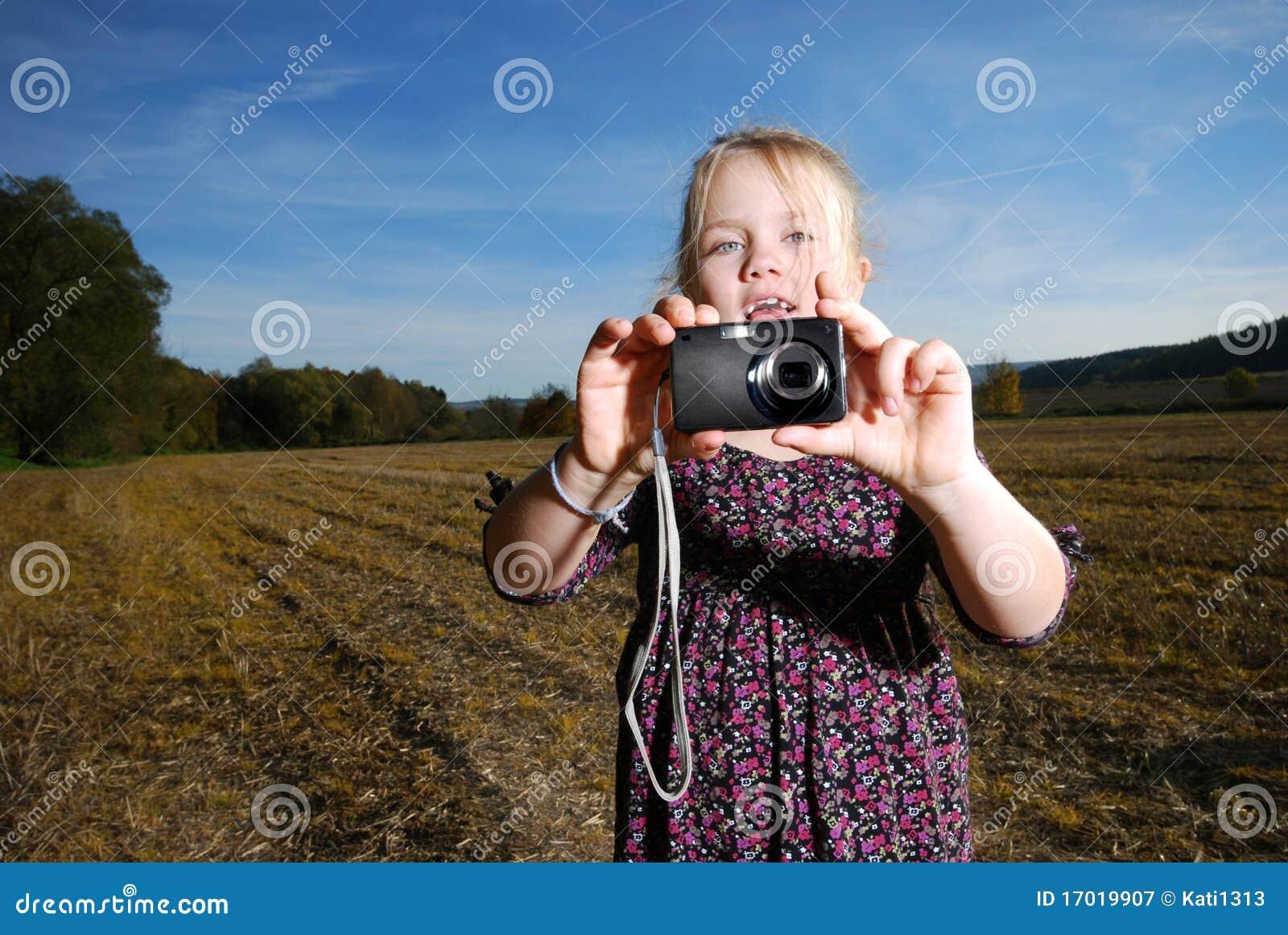 Petite fille avec l appareil-photo de poche