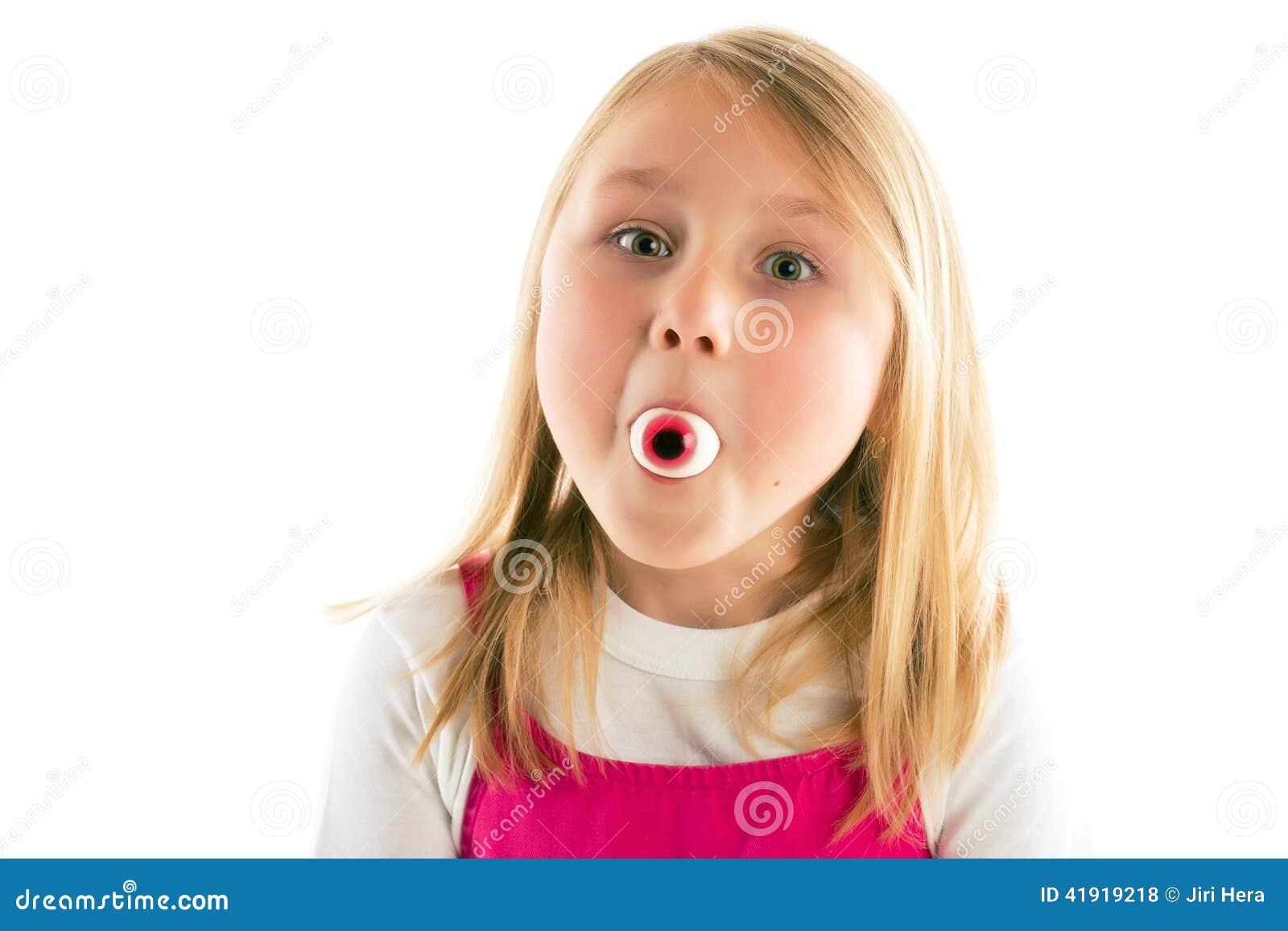 Filles crachant dans la bouche