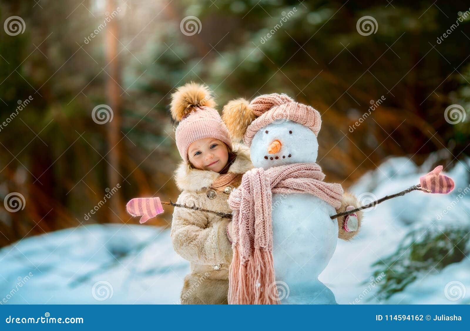 Petite fille avec le bonhomme de neige photo stock image du attrayant ch ri 114594162 - Bonhomme fille ...
