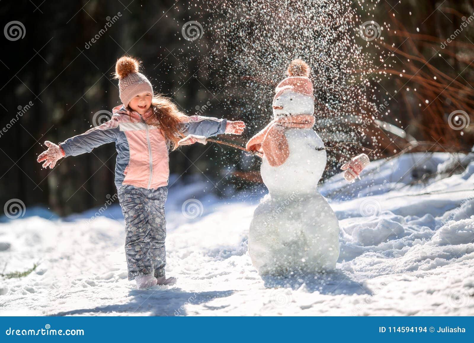 Petite fille avec le bonhomme de neige photo stock image du chapeau fille 114594194 - Bonhomme fille ...