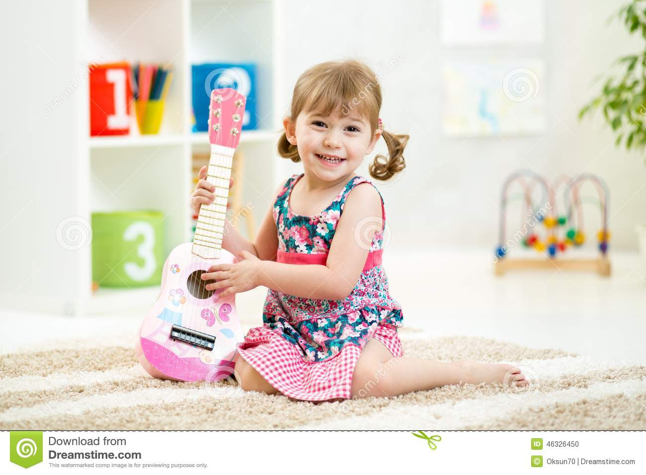 petite fille avec le cadeau de jouet de guitare photo stock image du musique home 46326450. Black Bedroom Furniture Sets. Home Design Ideas