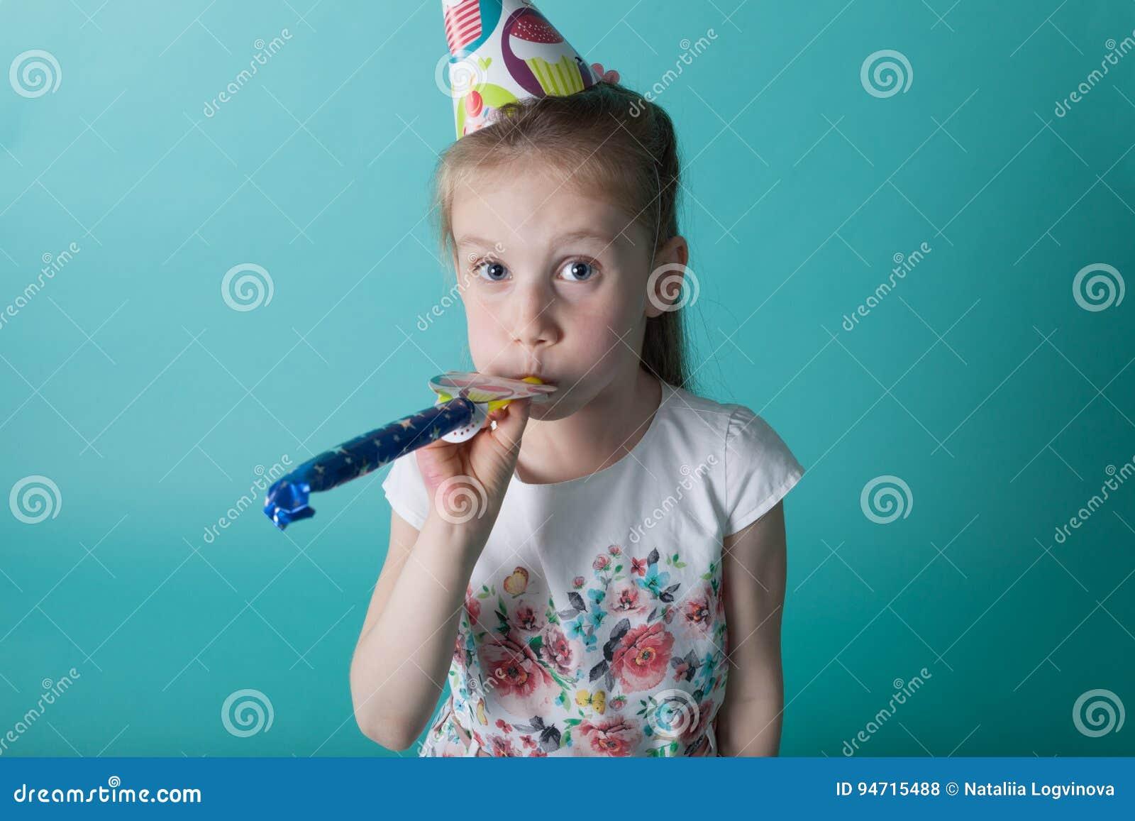Petite fille avec le chapeau de partie sur le fond en bon état Blo de fille d anniversaire