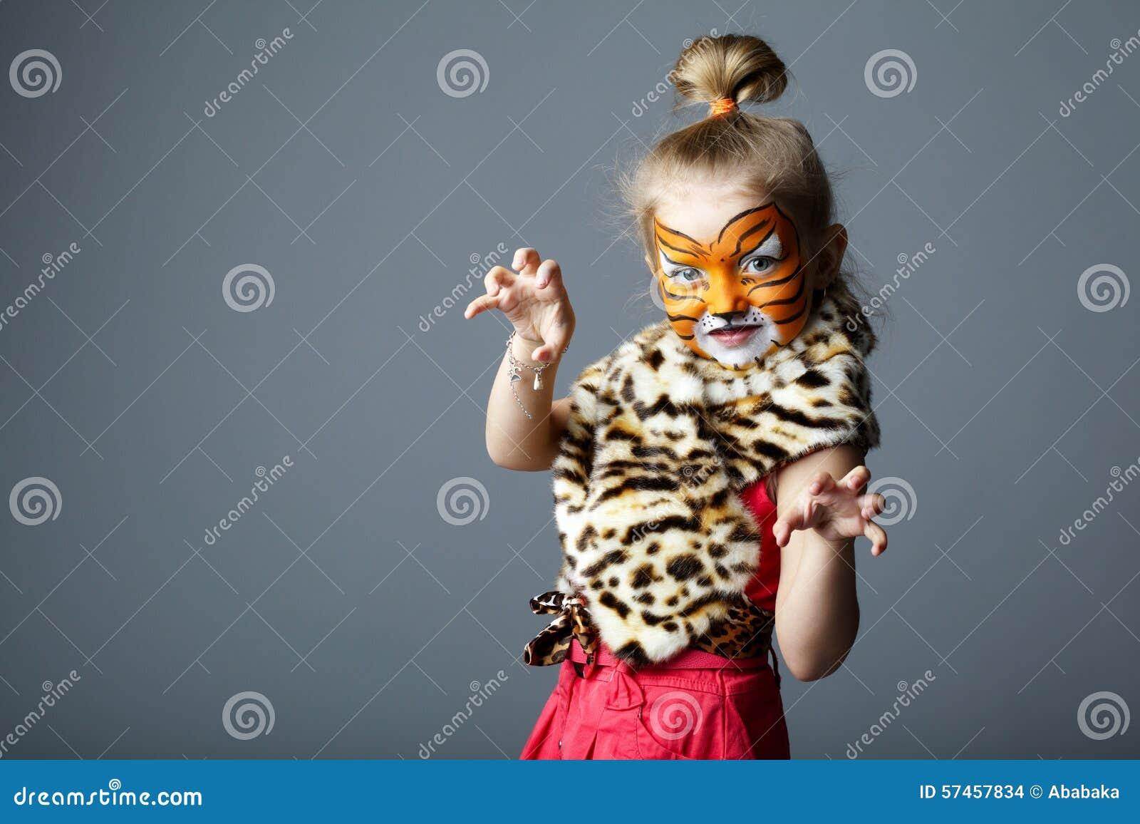 Petite fille avec le costume de tigre