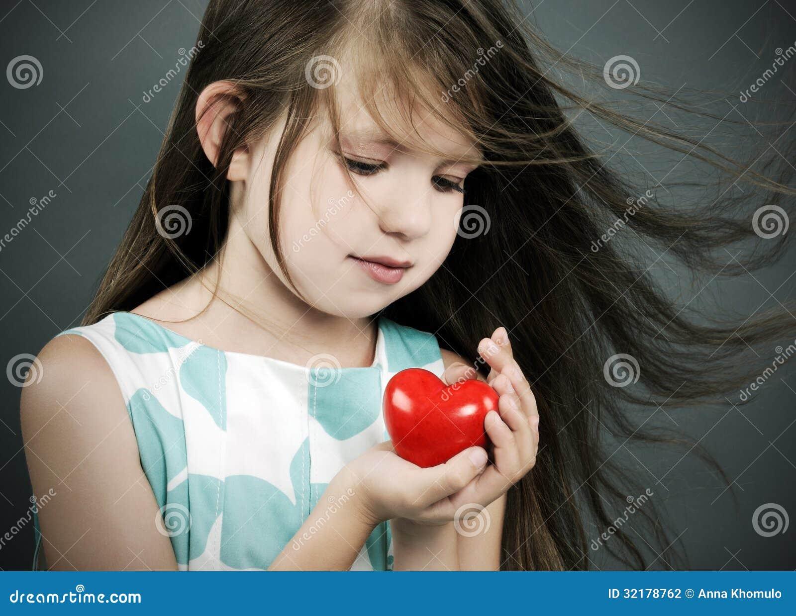 Petite fille avec un coeur