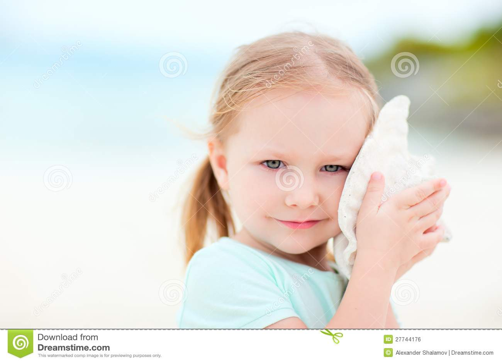 Petite fille avec un seashell
