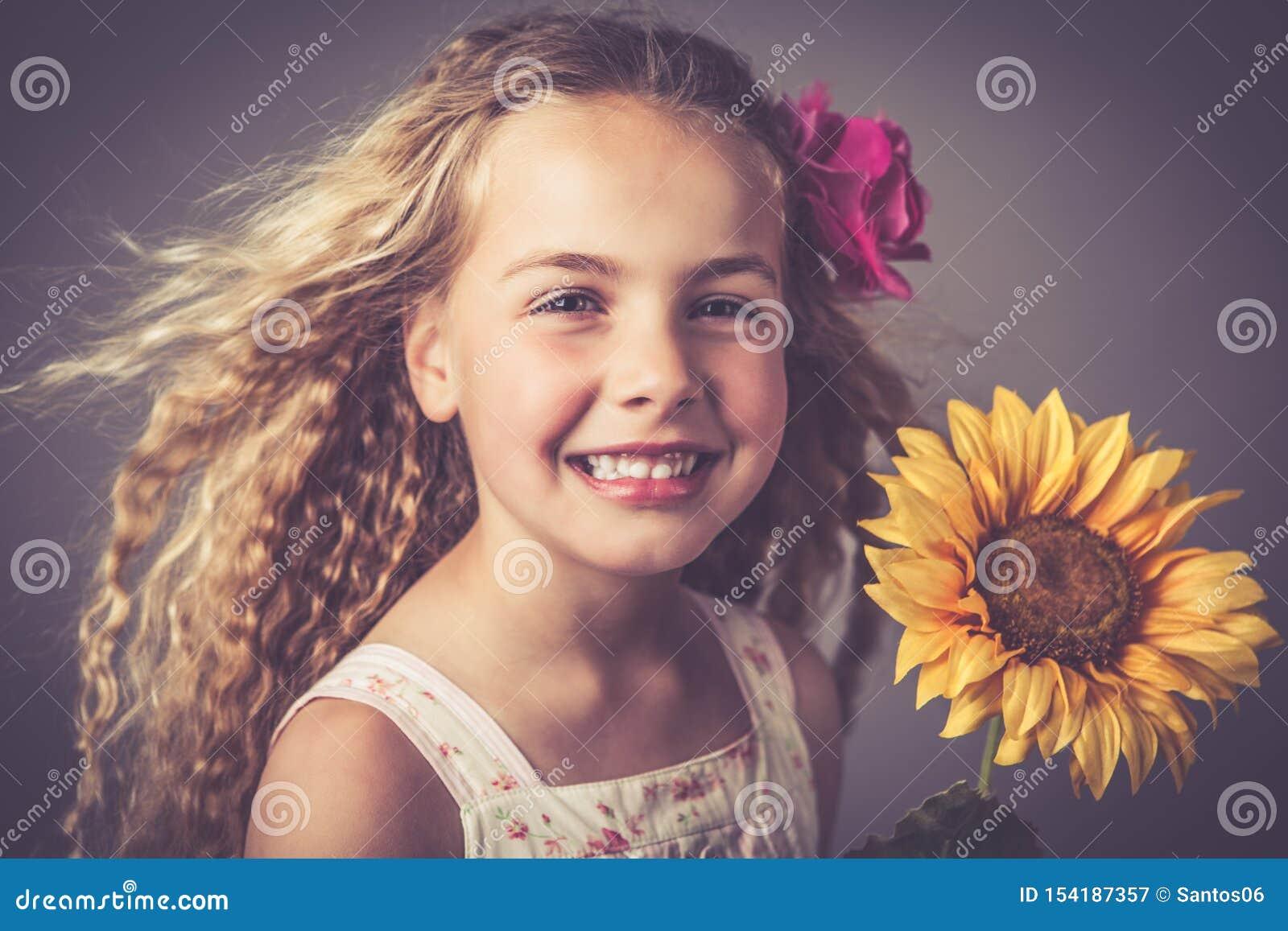 Petite fille avec un tournesol