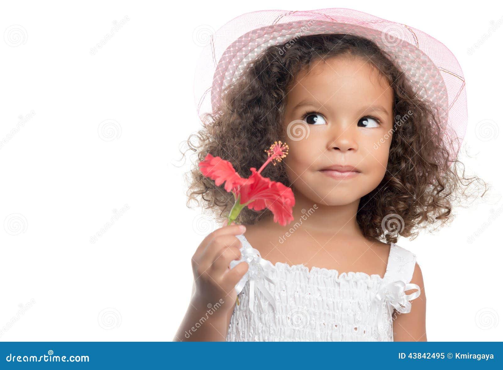petite fille avec une coiffure afro tenant une fleur rouge image stock image du caribbean. Black Bedroom Furniture Sets. Home Design Ideas