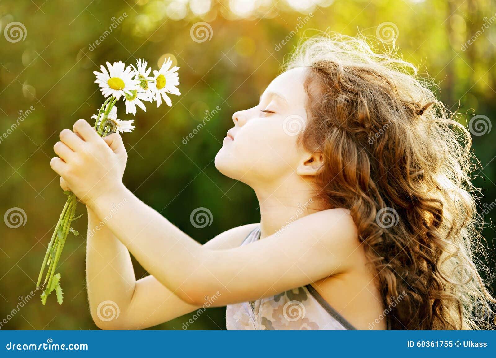 Petite Fille Avec Une Fleur Dans Sa Main Image Stock Image Du